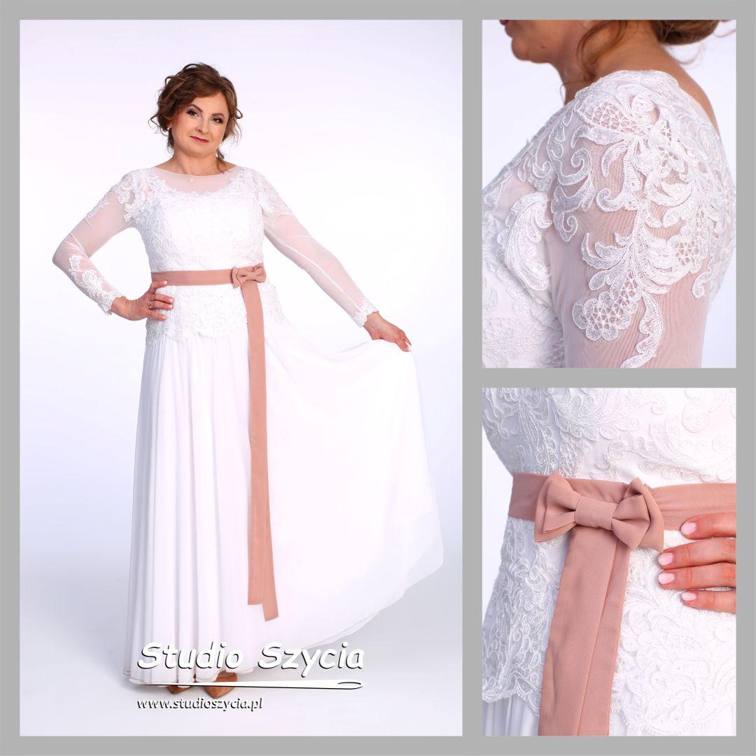 Piękna suknia ślubna w kolorze białym z niewielką kokardą.