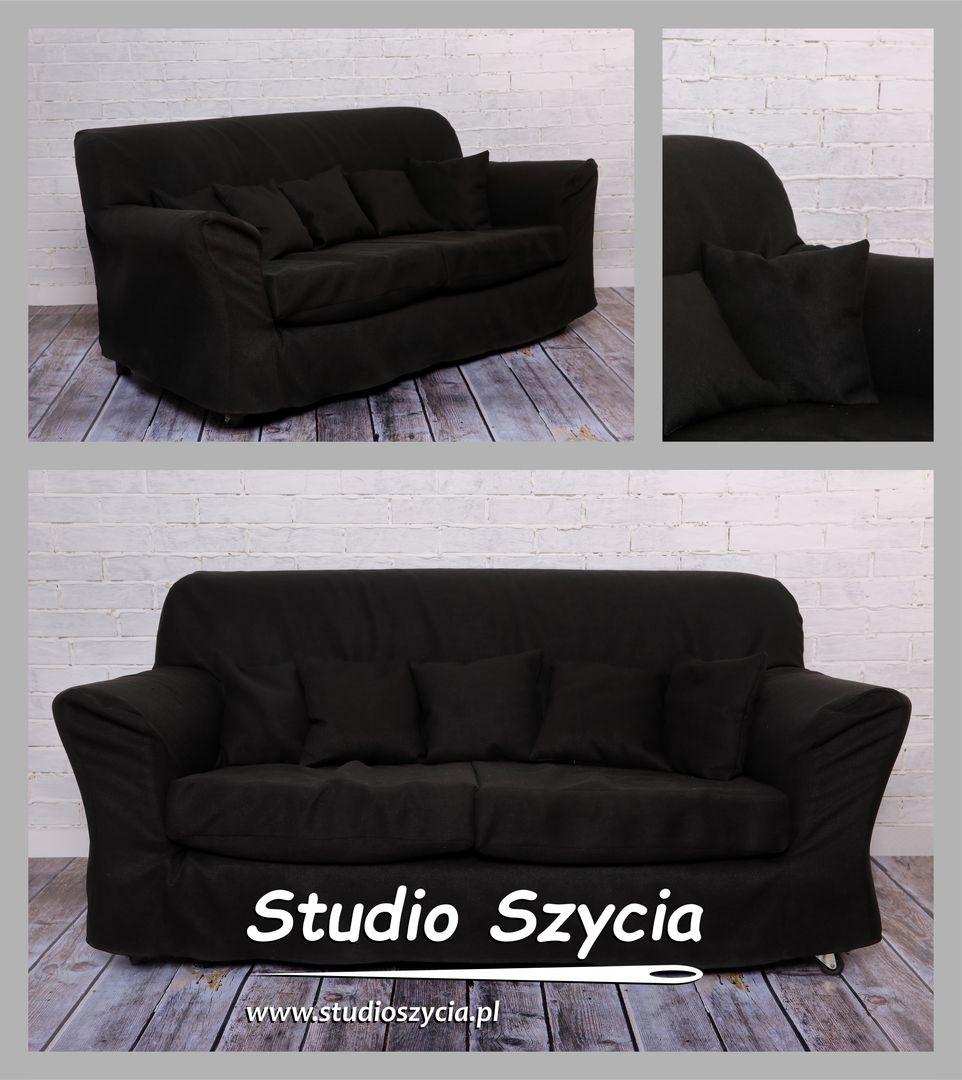 Czarny pokrowiec na sofę z kompletem małych poduszek.