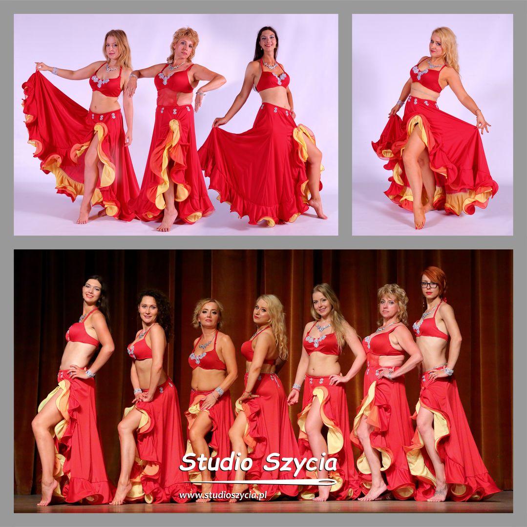 Stój taneczny dla siedmiu pań z grupy tańca brzucha.