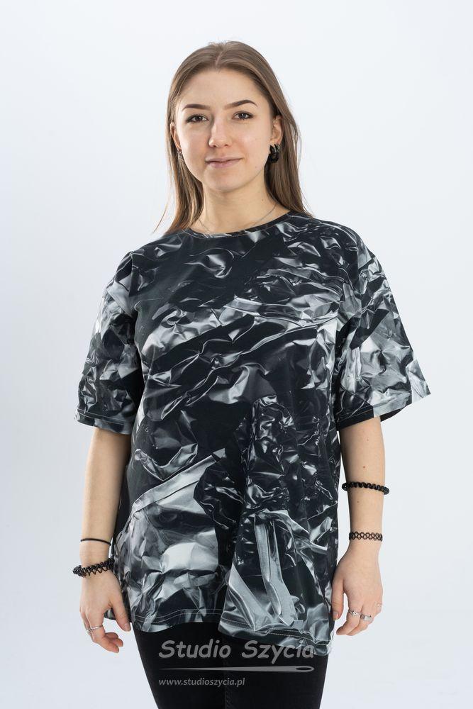 Grafitowo-szara bluzka zkrótkim rękawem imetalicznym wzorem.