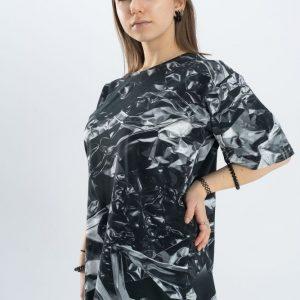 Grafitowo-szara bluzka z krótkim rękawem i metalicznym wzorem.