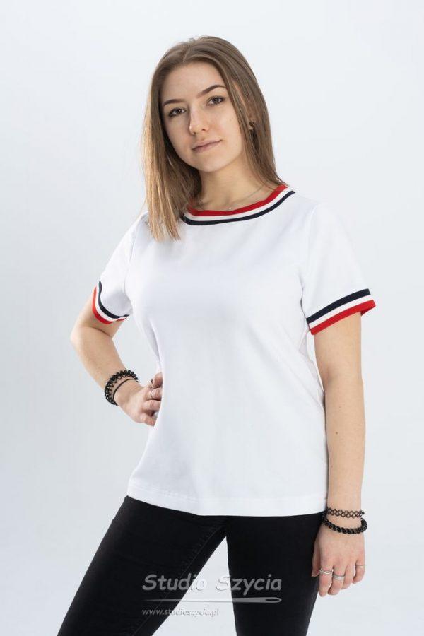 Biała bluzka z krótkim rękawem i trzema paskami na mankiecie, dekolcie.