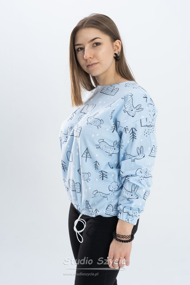 Błękitka bluza dresowa zesznurkiem dościągania wpasie.