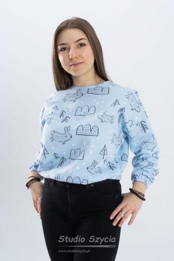 Błękitka bluza dresowa ze sznurkiem do ściągania w pasie.