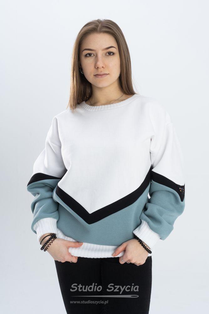 Biała bluza dresowa ześciągaczem.