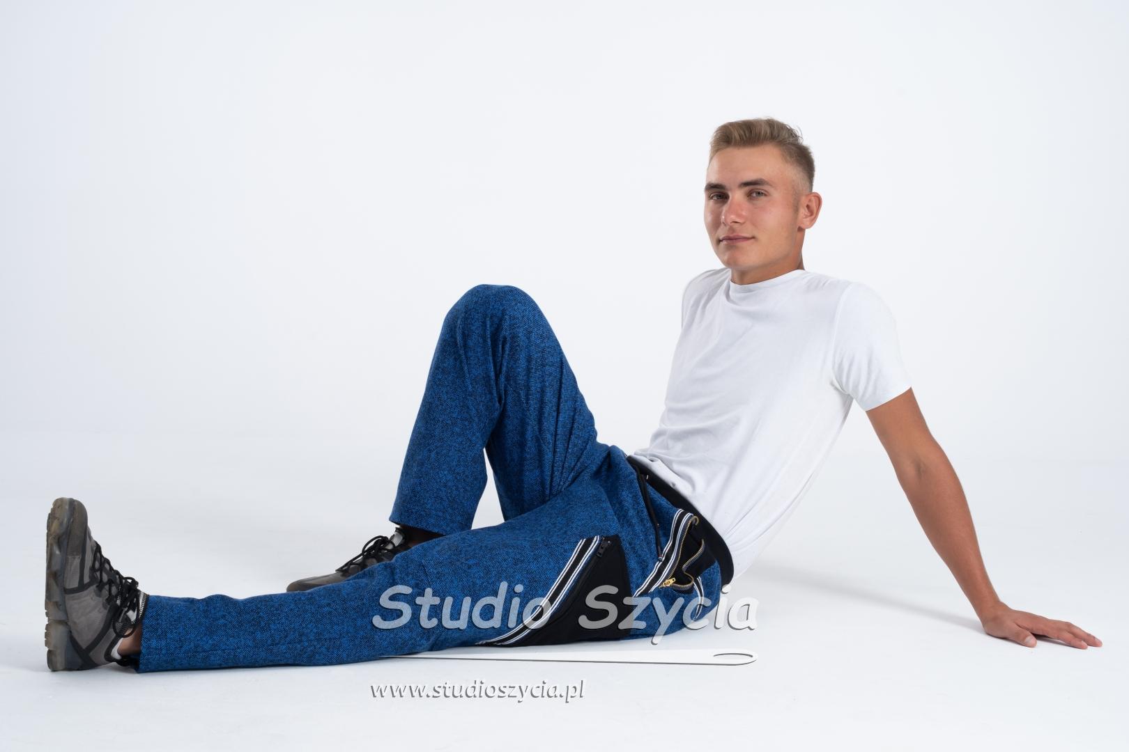 Spodnie dresowe ISD w kolorze niebieskim.