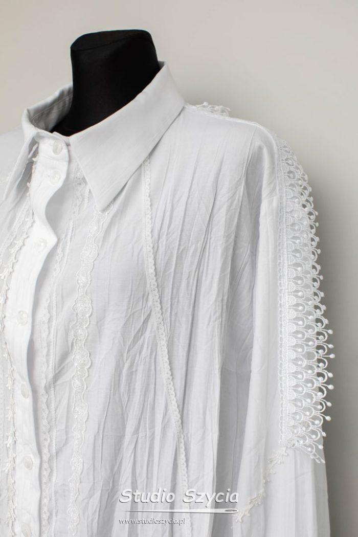 Długa biała koszula zwieloma ozdobami