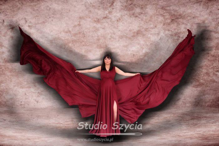 Stylizacja wpostaci sukni ciążowej zwielkimi skrzydłami.