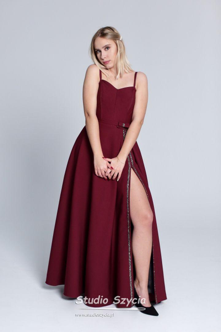 Suknia bal studniówkowy wkolorze bordowym.