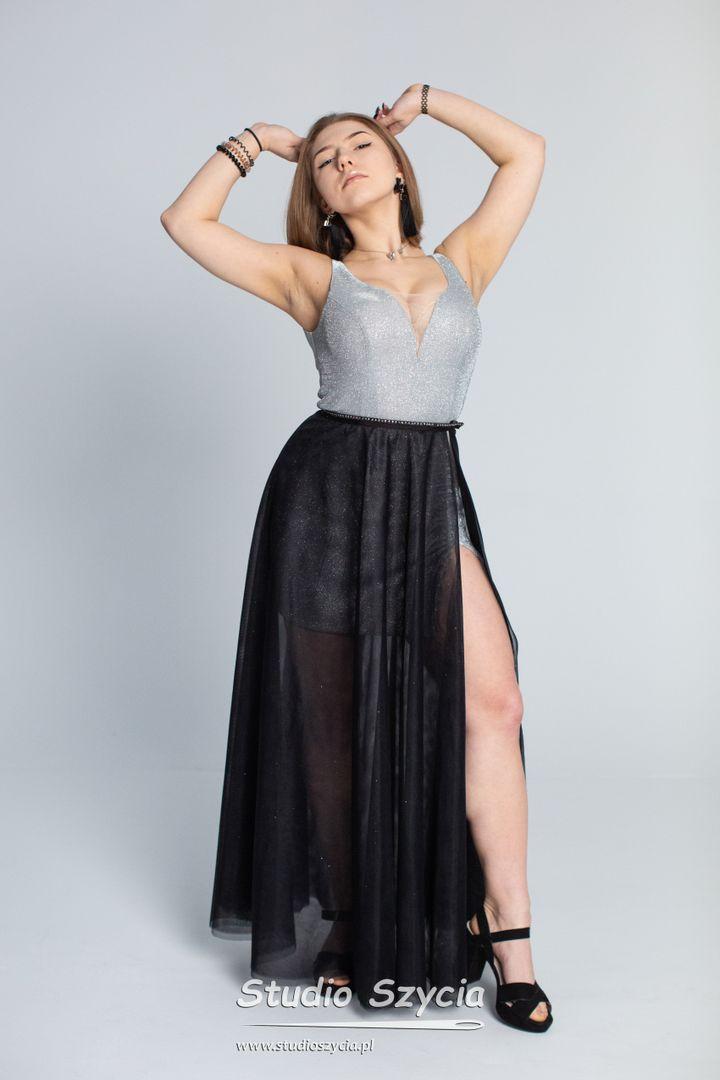 Srebrna krótka suknia nabal studniówkowy