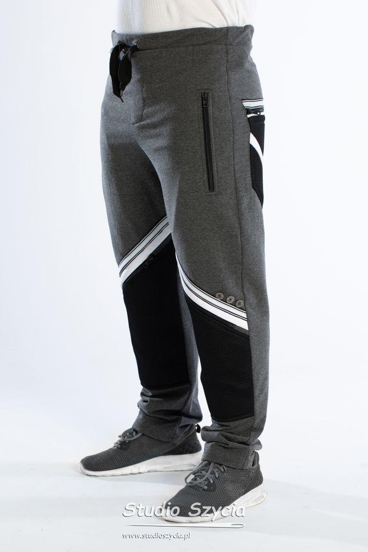 Szare spodnie dresowe zbiałymi wstawkami.