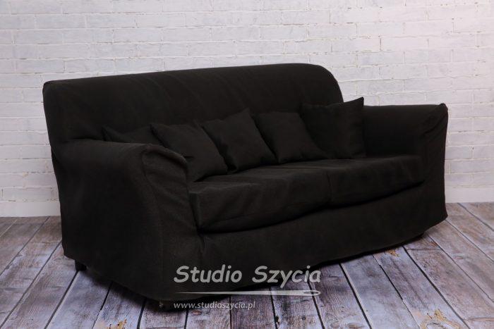 Czarny pokrowiec nasofę zkompletem małych poduszek.