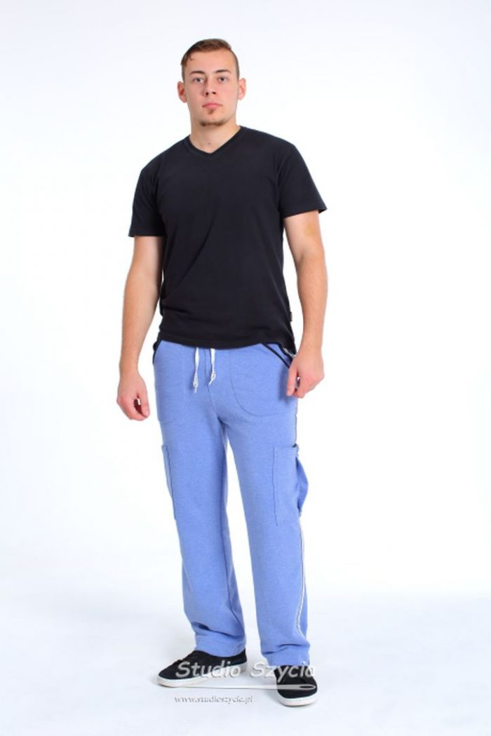 Oryginalne męskie spodnie dresowe wniepowtarzanym wzorze.